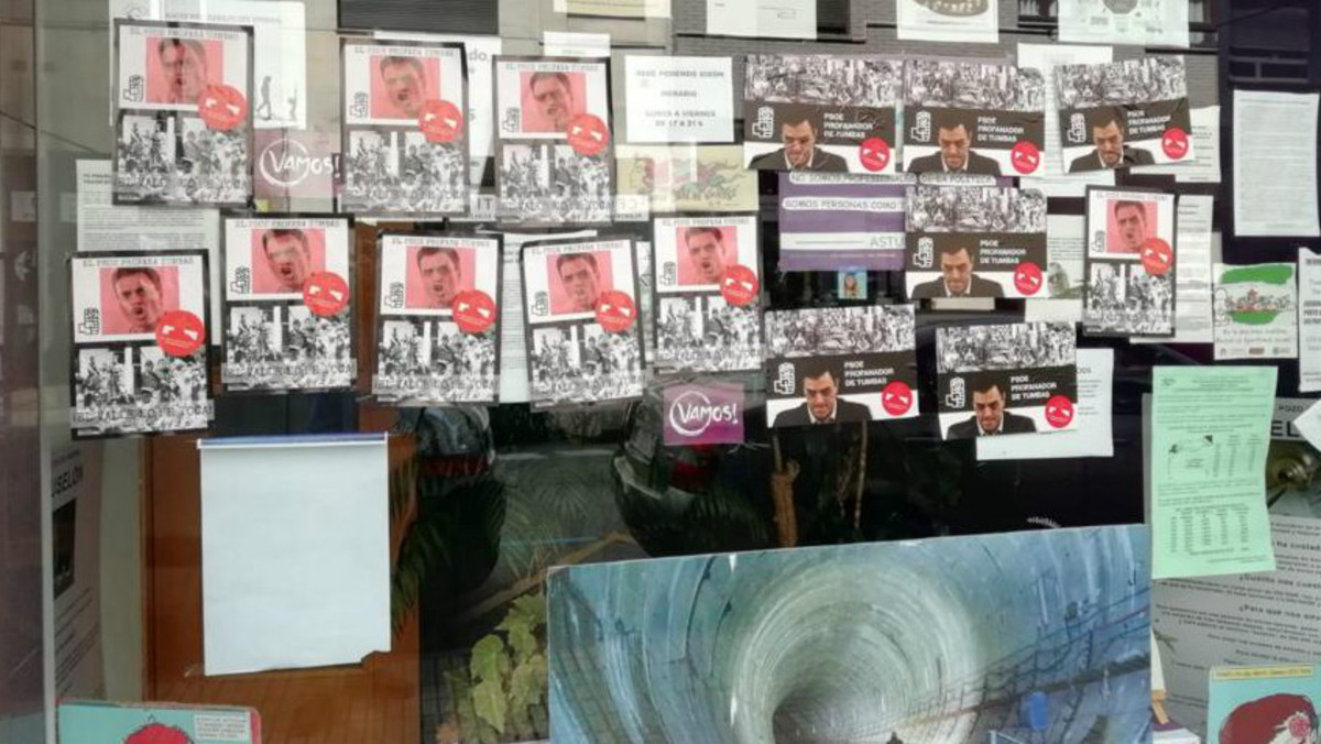 La sede de Podemos Xixón, empapelada con carteles consideradosfascistas