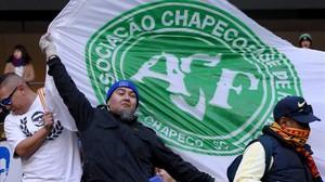 Seguidores del Club America ondean banderasdel Chapecoense.