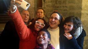 Selfi de las protagonistas de 'Sister Act' con Sor Lucia Caram