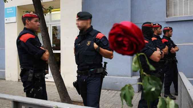 Los Mossos ordenan informar de la presencia policial en las escuelas.(Subtitulado).