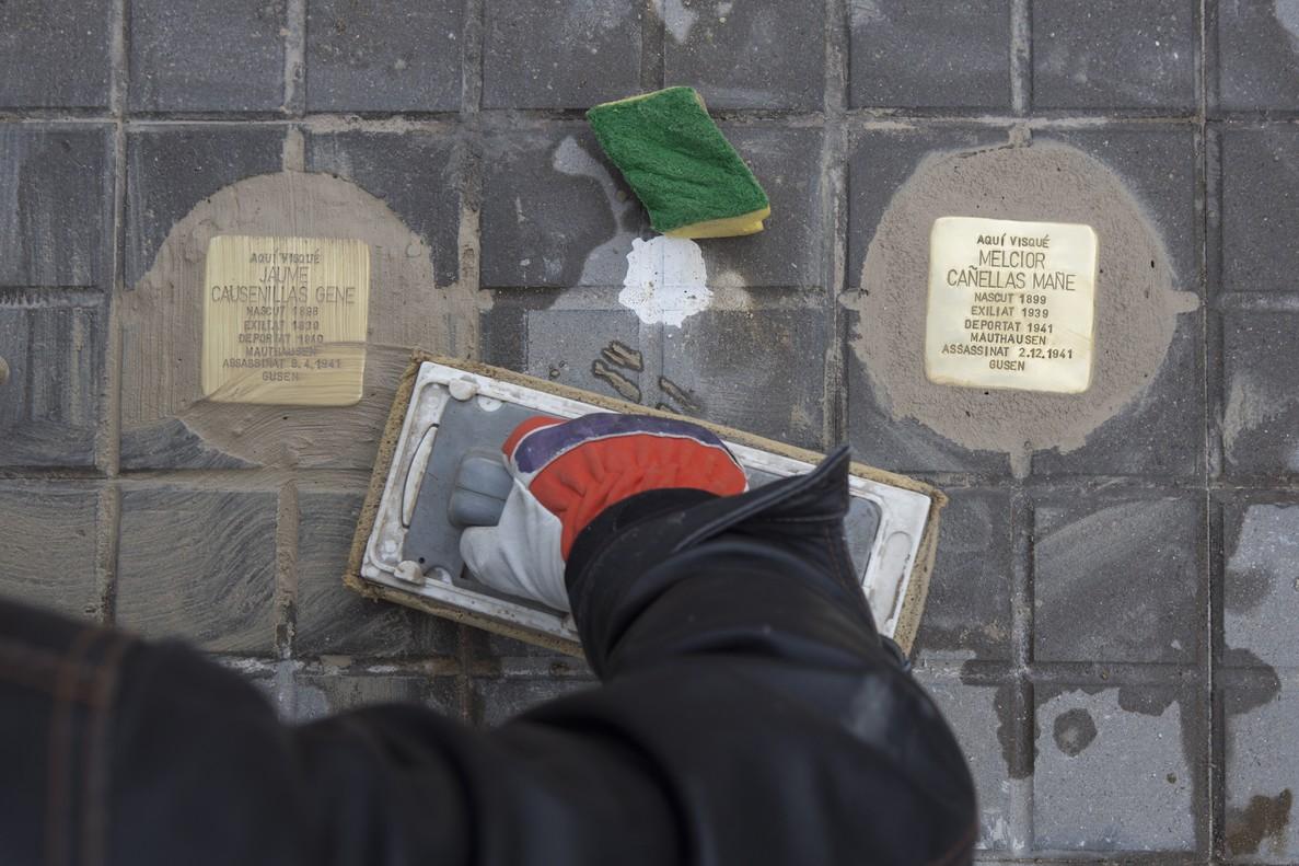 El artista alemán Gunter Demnig instala dos baldosas del proyecto 'Stolpersteine', del artista Gunter Demnig, en homenaje a las víctimas del nazismo.