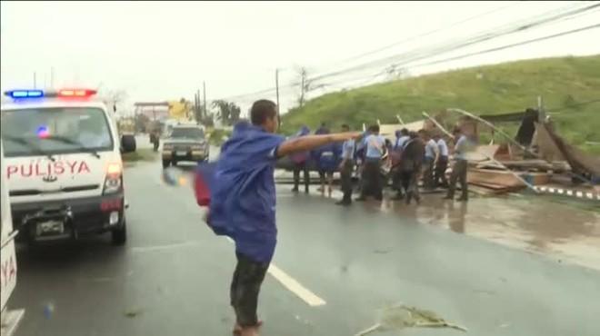 El temporal ha azotado el país con lluvias torrenciales y rachas de viento de hasta 305 kilómetros por hora.