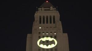 La fachada del ayuntamiento de la ciudad de Los Ángeles con la proyección del logo de Batman, en homenaje al malogrado actor Adam West, que lo encarnó en una histórica serie de televisión.