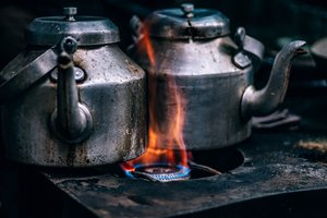 Calentar la casa, cocinar o disponer de agua caliente, serían imposibles si no tuviéramos contratados servicios de gas y electricidad.