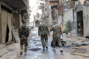 XYB01. Damascus (Syrian Arab Republic), 08/04/2018.- Syrian soldiers walk around at a street in Zamalka town, Eastern Ghouta, in the countryside of Damascus, Syria, 08 April 2018. The city was recently recaptured by the Syrian government during a military offensive that was launched more than a month ago against rebels. (Damasco, Siria) EFE/EPA/YOUSSEF BADAWI