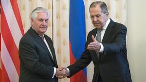El ministro de Exteriores ruso, Segey Lavrov, da la bienvenida al secretario de Estado de EEUU, Rex Tillerson.