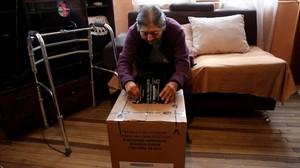 Una ecuatoriana vota en su casa durante un programa para propiciar el voto de discapacitados.