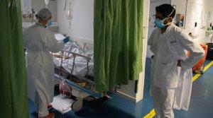 Una médica atiende a un paciente con covid-19 en las urgencias del Hospital Clínic de Barcelona, el 8 de abril.