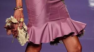 Una mujer con falda.