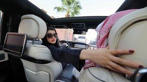 Una mujer saudí conduciendo en Riad.