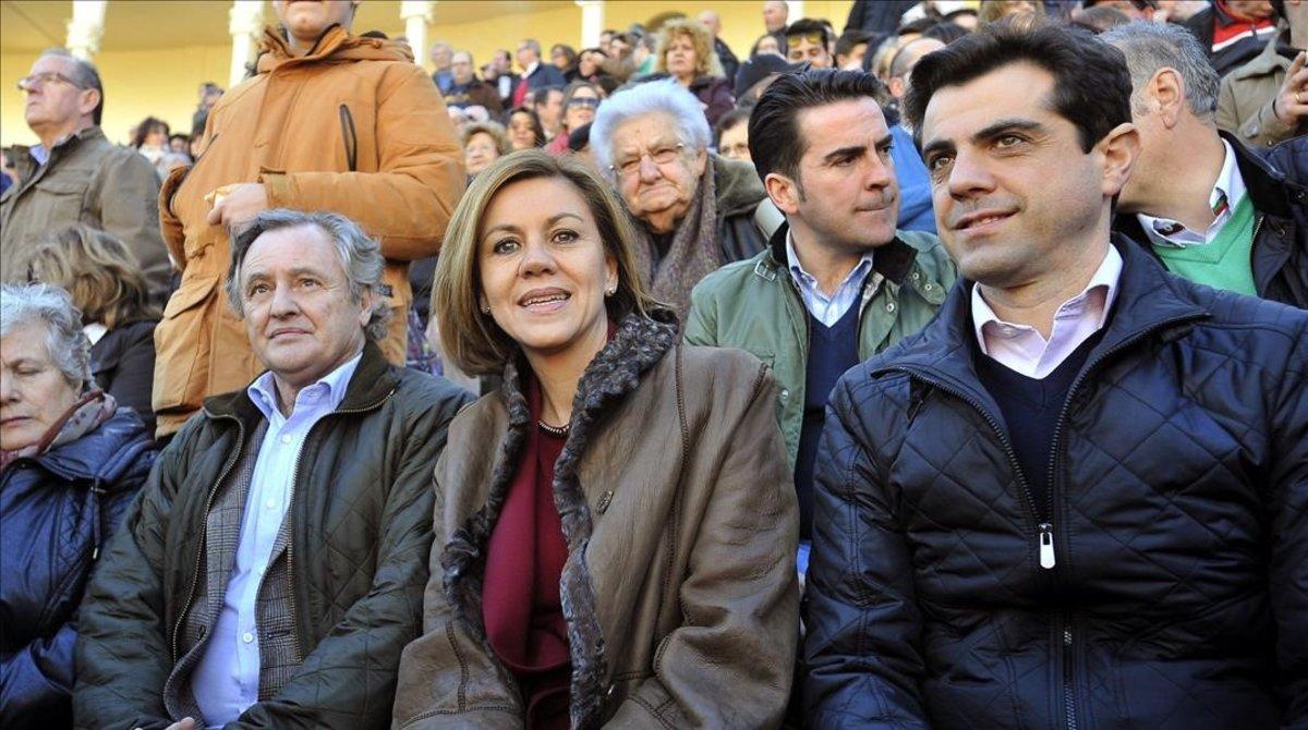María Dolores de Cospedal, con su marido, Ignacio López del Hierro, a su derecha, en un festival taurino en Albacete, en febrero del 2015.