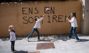 Unos niños juegan a la pelota en una calle de Barcelona, el domingo 26 de abril, primer día en que se permite la salida de los menores de 14 años durante el estado de alarma.