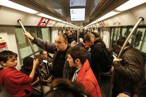 Usuarios de la línea 9 del metro el día de la inauguración, el pasado 12 de febrero.
