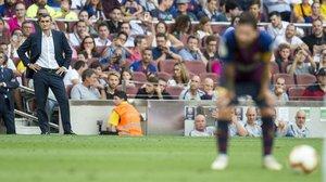 Valverde observa desde lejos a Messi durante el Barça-Huesca.