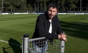 Van Bommel posa antes de la charla con El Periódico en un campo de la ciudad deportiva del PSV.
