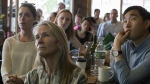 Varios clientes observan por televisión la comparecencia de Comey ante el comité de inteligencia del Senado, en el Building on Bond, en Brooklyn (Nueva York), el 8 de junio.