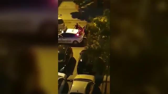 Las tres víctimas se encontraban en la calle cuando recibieron varios disparos desde la ventana de una vivienda situada en la calle de Victoria Kamhi, donde el agresor, de 35 años, se atrincheró hasta que fue detenido.