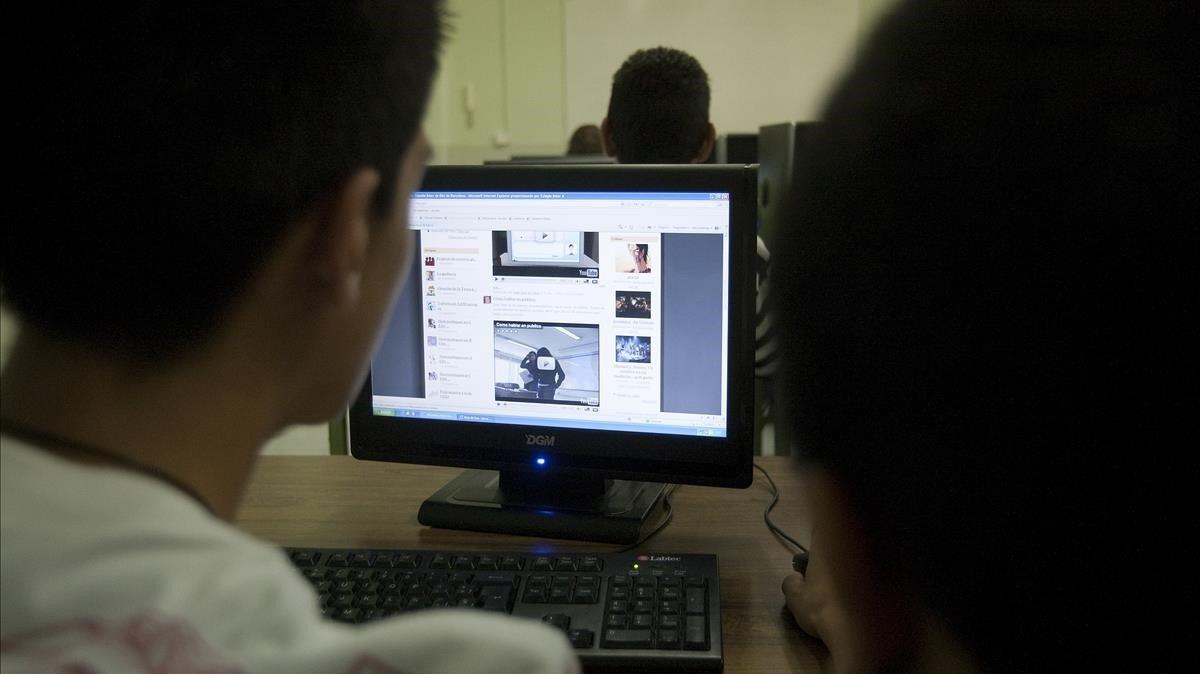 Un usuario delante de un ordenador.