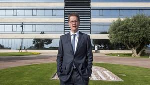 Franz Heukamp , director general del IESE, posa frente al edificio del campus norte en Barcelona.