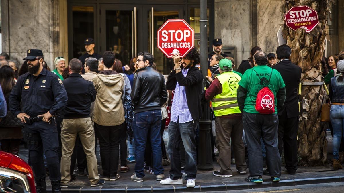 Protesta de la PAH por un desahucio en València.