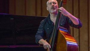 Reid Anderson, contrabajista de The Bad Plus, en una actuación en Barcelona.