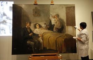 Una restauradora trabajando sobre 'Ciència i caritat', el lunes en las salas del Museu Picasso.