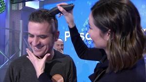 Antonio Ruiz, con la actriz Dafne Fernández afeitándole la cabeza tras ganar el 'bote'.