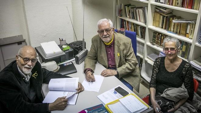Ismael Sahun, Albert Riba y Ana Penalver , de Ateus de Catalunya, en la sede de la entidad.