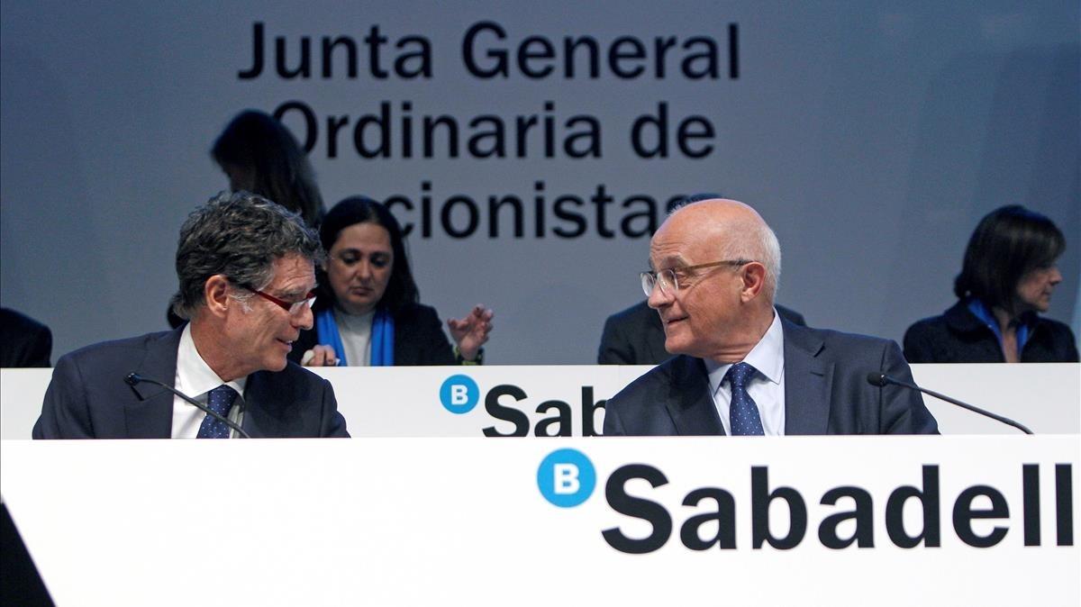 Josep Oliu, presidente del Sabadell, y Jaume Guardiola, consejero delegado, durante la junta de accionista.