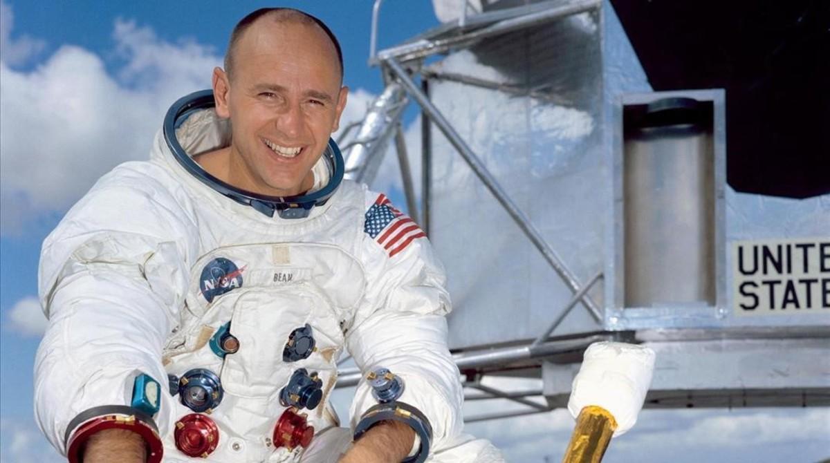 El astronauta Alan Bean, el cuarto hombre en pisar la luna.