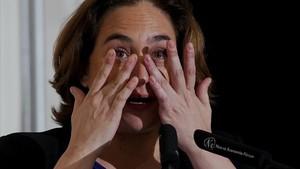 Ada Colau se enguaga las lágrimas al empezar su conferencia en Madrid.