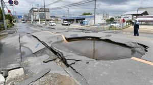 Daños causados por el terremoto en una carretera de Osaka.