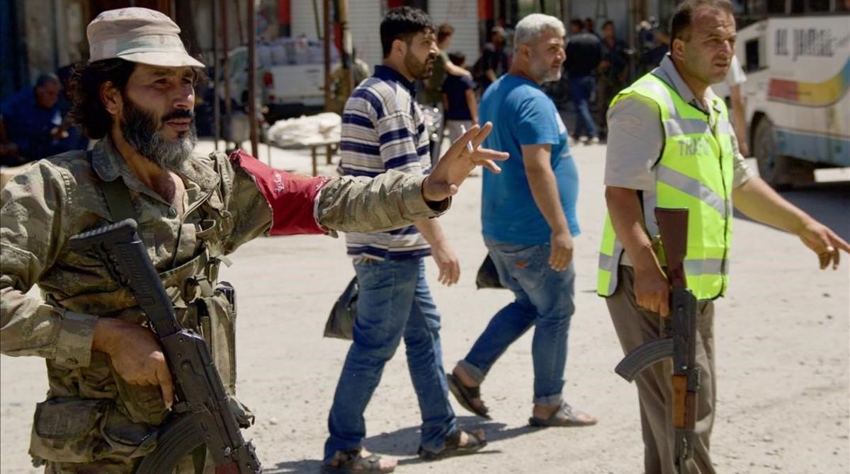 Un soldado ordena el tráfico en en el centro de la ciudad siria de Afrín.