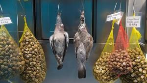 Dos palomas torcaces, en la parada de Joan Capdevila, en La Boqueria.