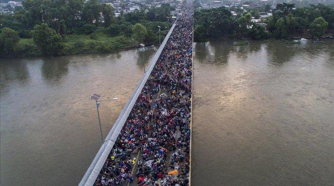 Vista aérea del puente de la frontera entre Guatemala y México en Ciudad Hidalgo (Chaipas), llena de integrantes de la caravana de hondureños, el 20 de octubre del 2018.