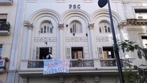 Un grup de recolzament a Pablo Hasél penja una pancarta a la seu del PSC de Lleida
