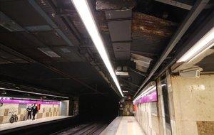 Cubierta de la estaciónde metro de Verneda, que cerrará en Semana Santa para retirar las placas de fibrocemento.