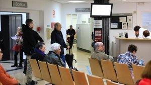 Un grupo de pacientes esperan a ser atendidos en el CAP de Manso, en Barcelona.