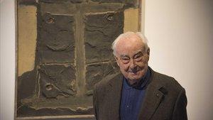 El crítico de arte y filósofo Arnau Puig, que este miércoles ha cumplido 93 años, ante uno de los Tàpies (Materia negra sobre saco, 1960) de la exposición que comisaría en la galería Mayoral.