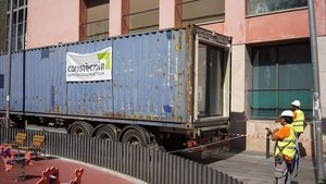 Llegada del primer contenedor del bloque de vivienda social prefabricada del Barri Gòtic.