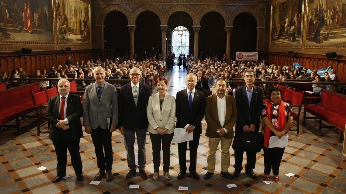 Los rectores de las ocho universidades públicas, en un paraninfo de la UB repleto de personas vinculadas a la enseñanza superior inquietas ante la falta de financiación.
