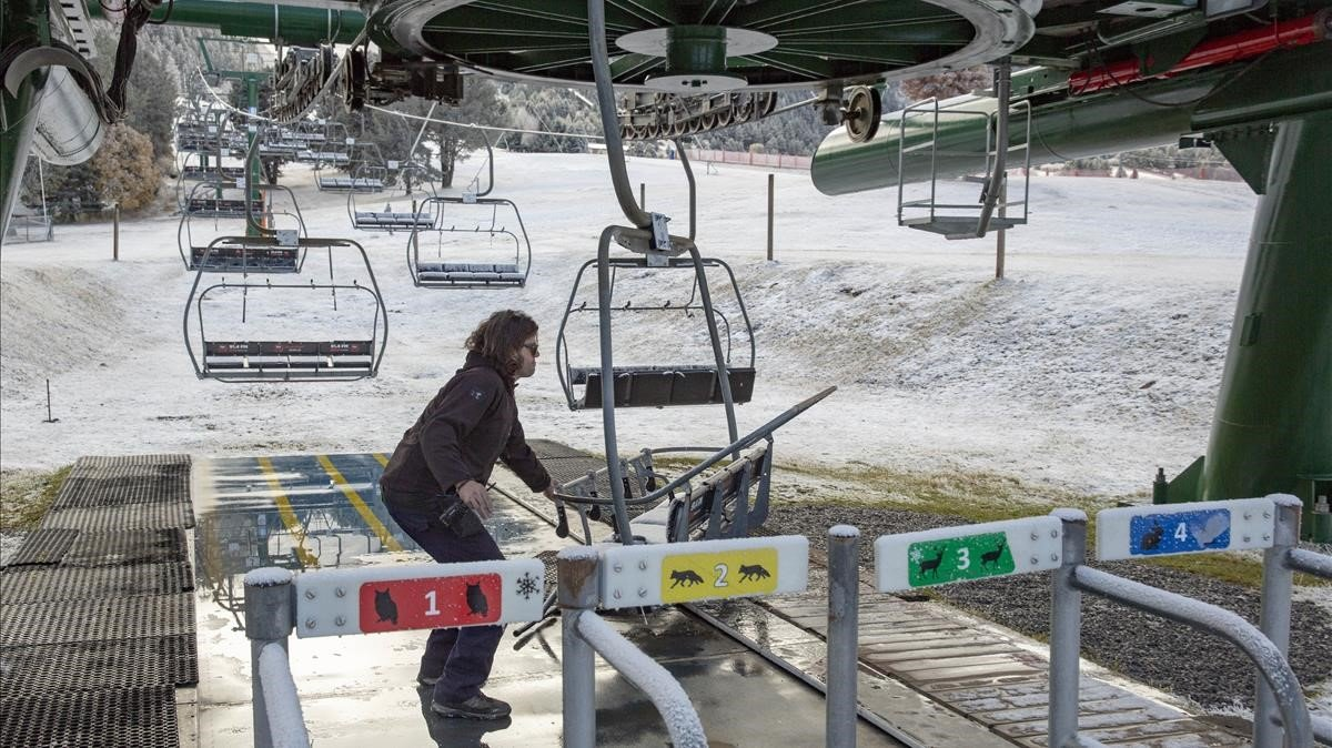 Preparativos para la apertura de las pistas de esquí de la estación de La Molina, prevista para el próximo sábado 23 de noviembre.