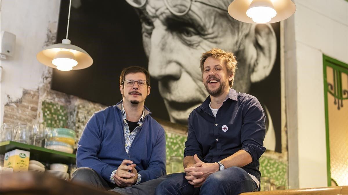 El traductor Josep Pedrals y el director Ferran Utzet, en la Beckett, con un retrato del autor irlandés al fondo.