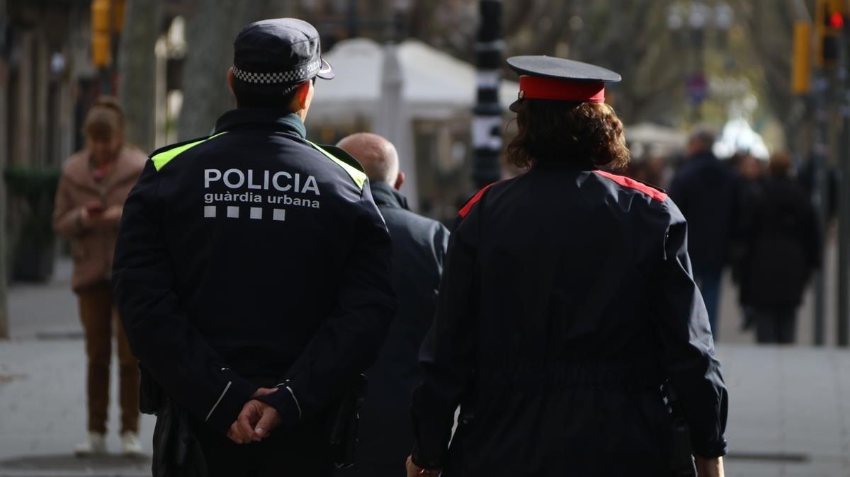 Imagen de una patrulla mixta de agentes de la Guardia Urbana y de los Mossos d'Esquadra.