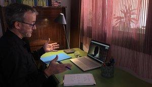 Josep Fité,técnico del Centre de Mediacióde Dret Privet de Catalunya, en su ordenador atendiendo una consulta.