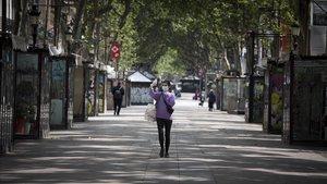 Una mujer pasea por la rambla el pasado jueves, día de Sant Jordi.