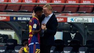 Ansu Fati es felicitado por Ronald Koeman tras ser sustituido.