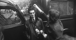 Una estudiante de la Sorbona regala una margarita a un policía, en junio de 1968.