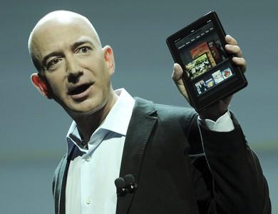 El fundador de Amazon, Jeff Bezos, con el nuevo Kindle Fire.