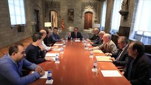 Artur Mas (en el centro) se reúne con los dirigentes de UGT y CCOO y el presidente del comité de empresa de Seat, este viernes.